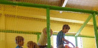 Les jeunes de l'École Fréchette au centre d'amusement Savana.