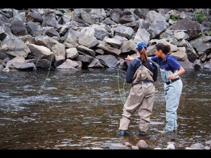 Elles pêchent à L'Anse-Saint-Jean