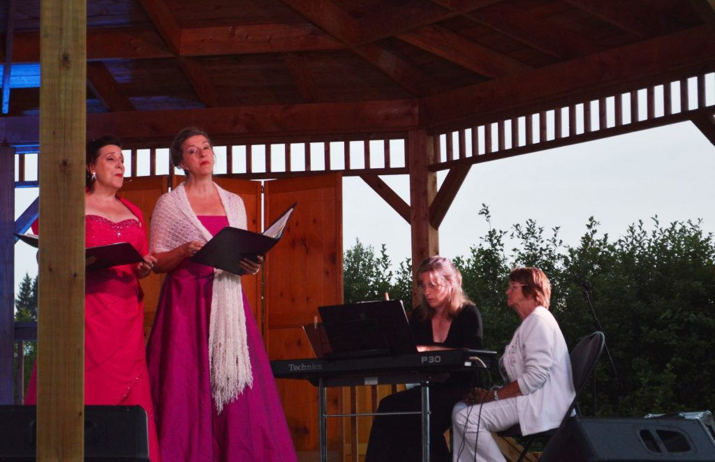 La mezzo-soprano Renée Lapointe et son amie Monique Pagé chantent fréquemment sur les grandes scènes internationales d'opéra.