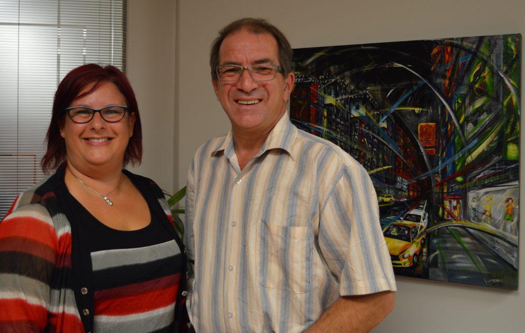 Marie-Josée Tremblay et Antonin Simard dans les bureaux de la Commission scolaire des Rives-du-Saguenay.
