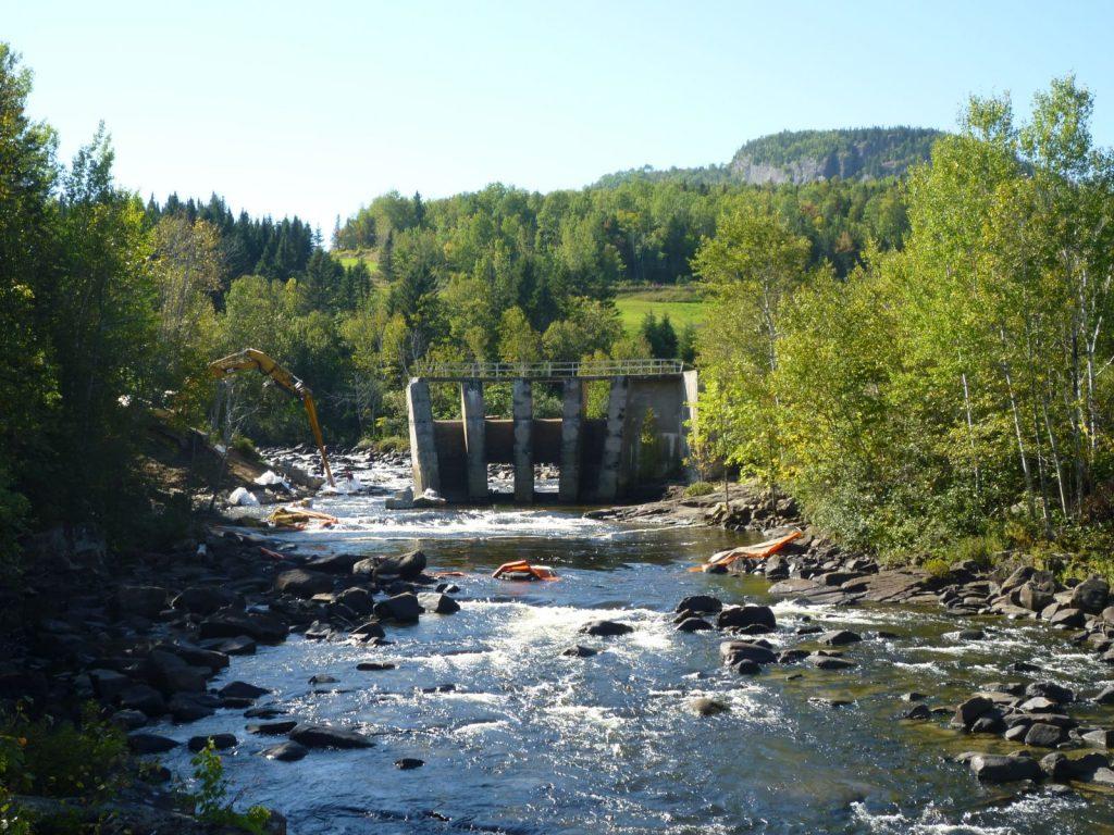 Aujourd'hui, la rivière Petit-Saguenay retrouve son état naturel, elle qui a déjà été entravée par trois barrages différents : celui du Club des Messieurs, celui de la Coop d'électricité et celui d'Hermas Houde plus en amont.